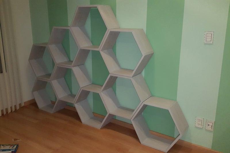 В детской комнате поставили удобный стеллаж в виде пчелиных сот: смастерили его вместе с мужем, ребенок очень доволен новой мебелью