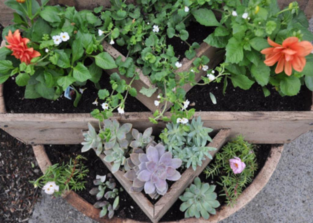 Из старого бочонка и досок муж сделал очень красивый контейнер для цветов: он стал настоящим украшением в саду