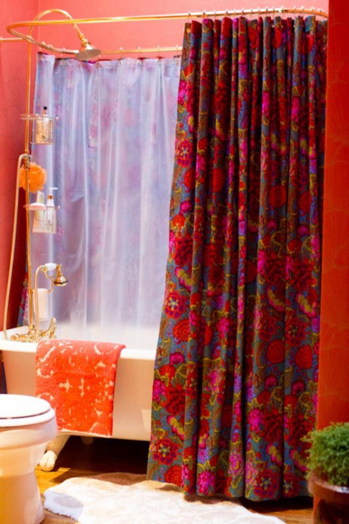 Не могла найти в продаже большую штору для душа, которая закроет всю ванну. Я сшила ее сама из моющейся ткани и очень довольна результатом