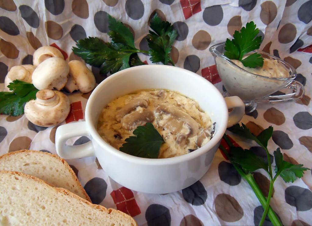 Сам себе кулинар: готовим грибы в сливочном соусе с хрустящими чипсами за 3 простых шага