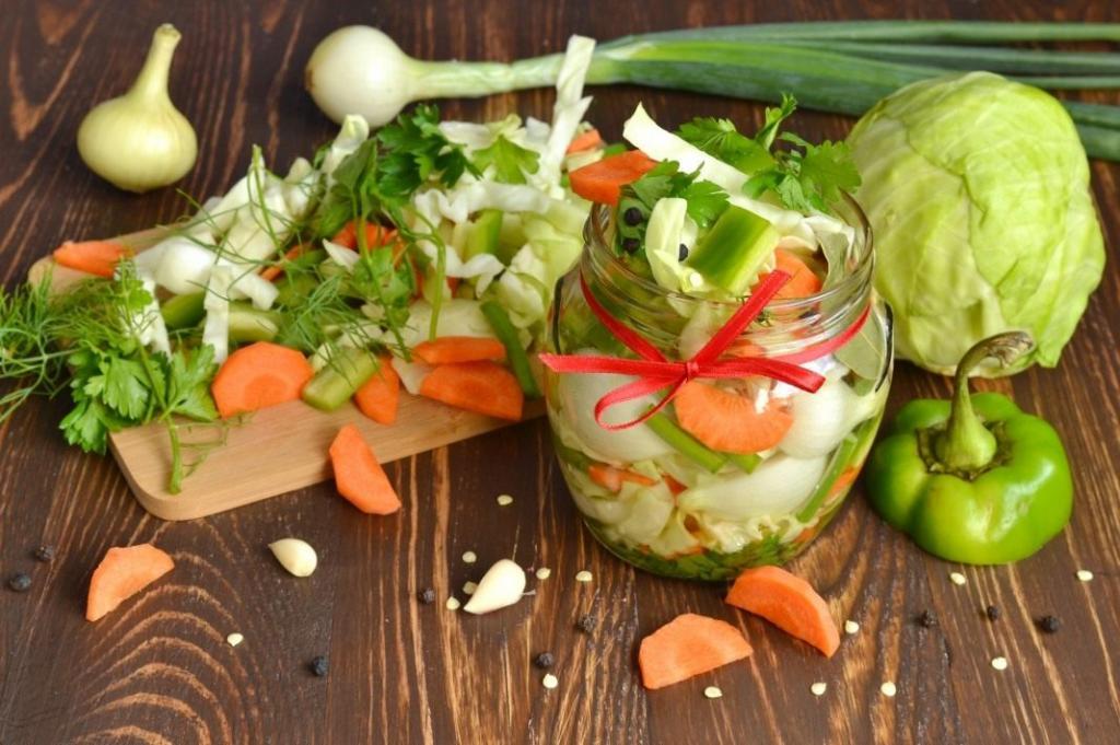 Заготавливаю на зиму вкусный салат ассорти. Использую все овощи, которые есть под рукой