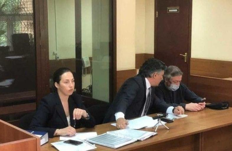 Почетный адвокат России Александр Островский считает, «что Ефремов находится в руках шарлатана (Пашаева)»