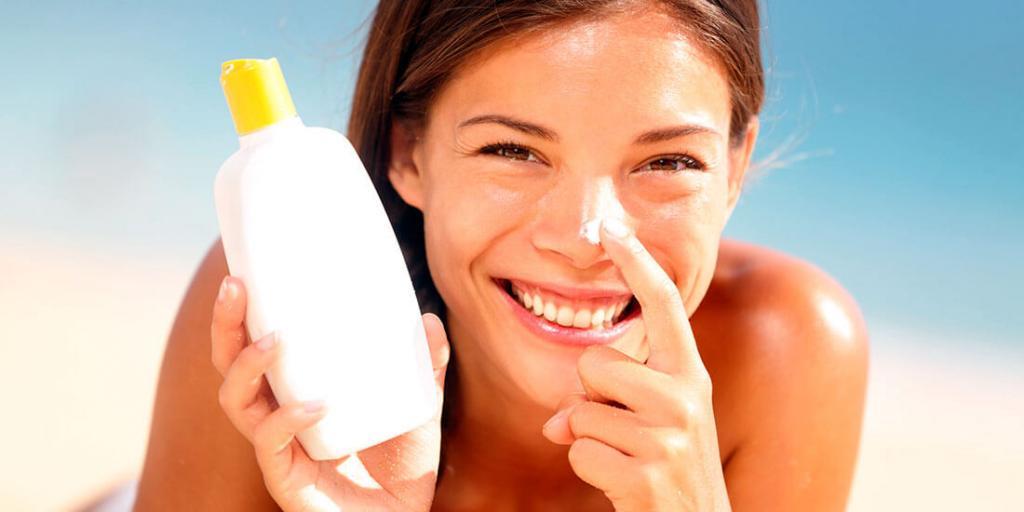 Солнцезащитный крем нужно наносить на кожу не один, а несколько раз в день: как правильно это сделать