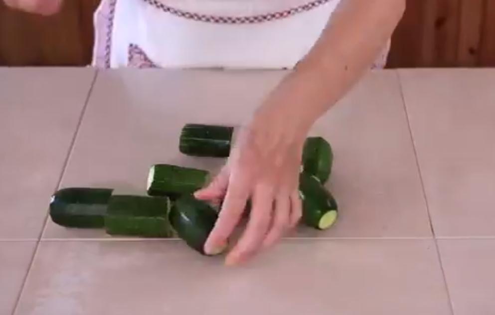 Кто то фарширует перцы, а я – небольшие кабачки с грядки. Подаю их в томатном соусе – муж съедает подчистую