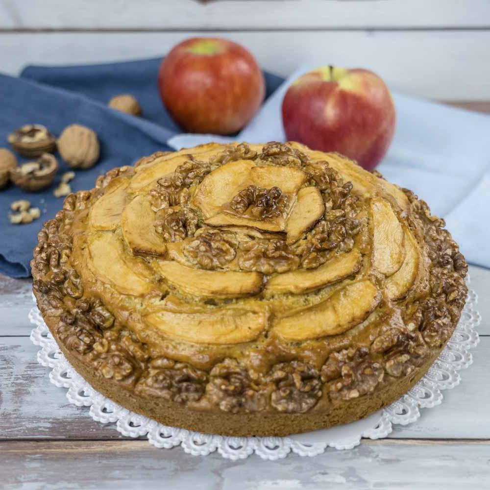 Оригинальная на вид и вкус шарлотка с грецкими орехами: идеальное дополнение к чаю из доступных продуктов