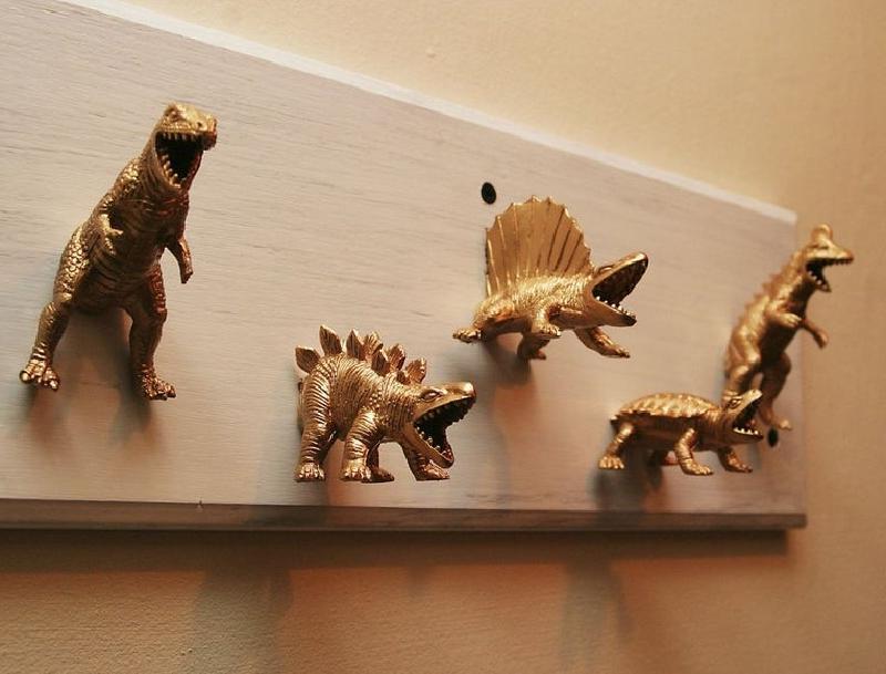 Сын вырос, поэтому фигурки динозавриков ему стали неинтересны. Я покрыла их золотой краской и смастерила необычную вешалку в прихожей