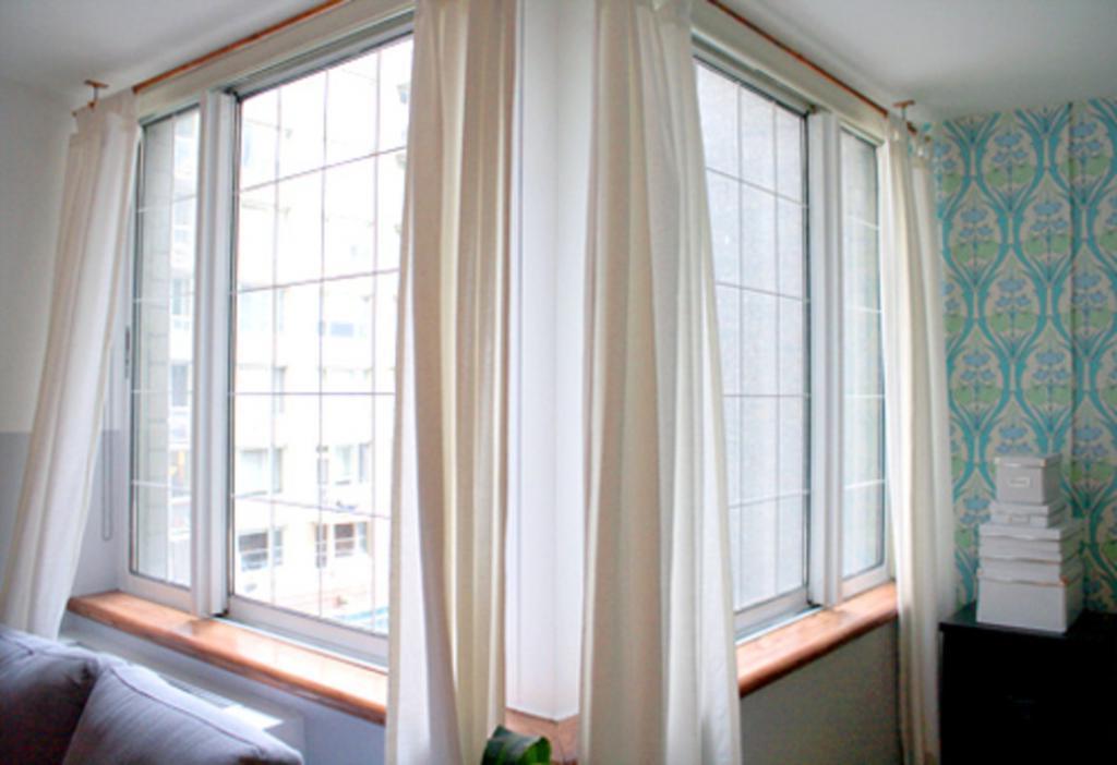 На большом витраже сама сделала дома декоративные французские окна: смотрится очень красиво