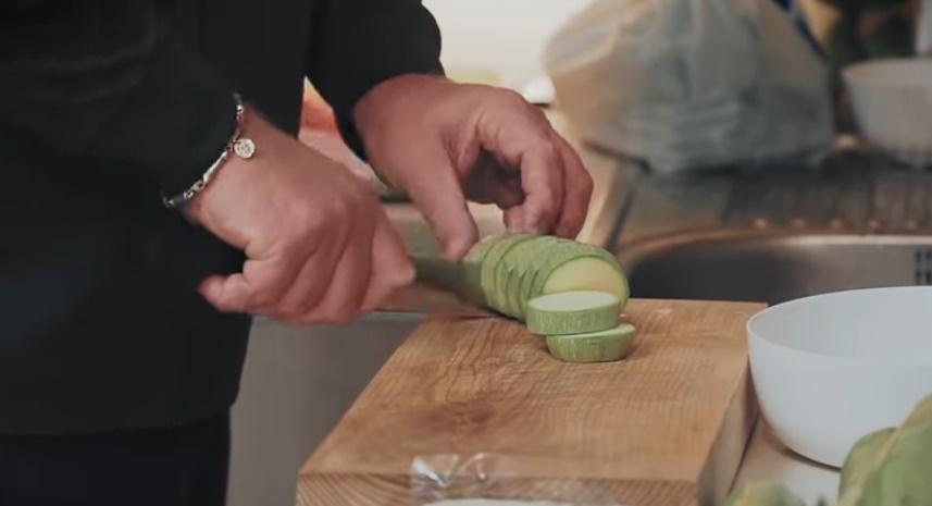 Шеф-повар Константин Ивлев обнародовал рецепт закуски из кабачка с жареным сыром