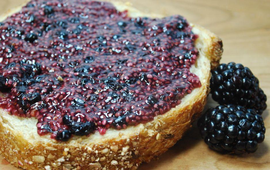 Джем из ежевики готовлю по особому рецепту: ягоды смешиваю с медом и семенами чиа