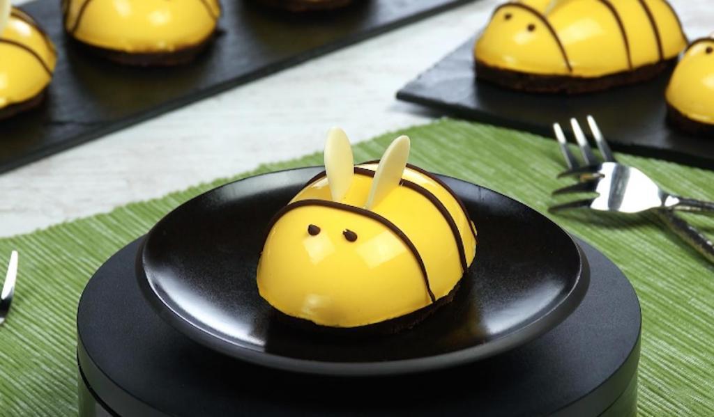 Дети просят меня готовить сливочных пчелок на шоколадном кексе чуть ли не каждый день: получается очень красиво