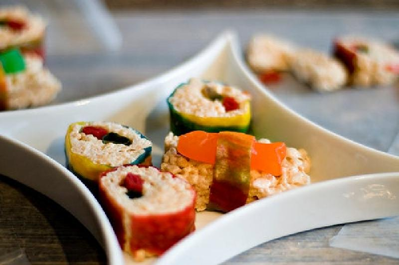 Идеальное угощение для яркой вечеринки: готовим сладкие роллы из воздушного риса