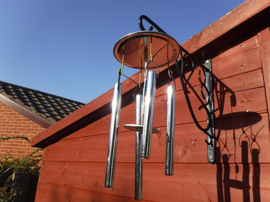 Из пары жестяных банок, медной трубы и провода сделал стильную подвеску  Музыка ветра . Раньше такие висели чуть ли не за каждой дверью