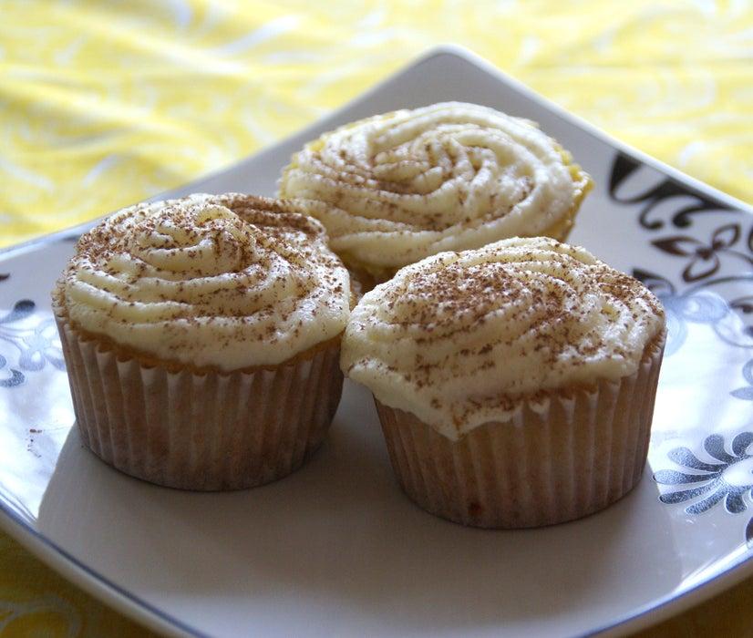 Воздушные кексы а-ля кофейное тирамису: пористую выпечку поливаю сиропом и украшаю кремом