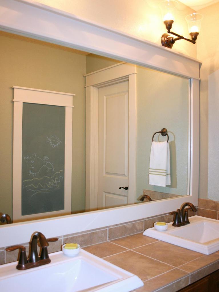 Для большого зеркала в ванной мы сделали декоративную раму из плинтуса МДФ. Она смотрится дорого, как из натурального дерева