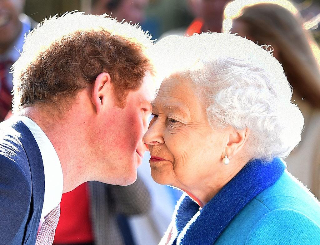 Одинаковое чувство юмора, хороший вкус и самоуничижительная безрассудность: действительно ли принц Гарри всегда был любимчиком королевы Елизаветы (фото)