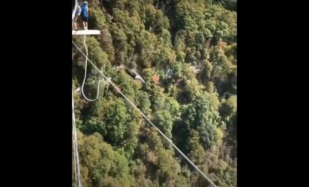Возраст не преграда: пенсионер прыгнул с 207-метровой тарзанки в Сочи (видео)