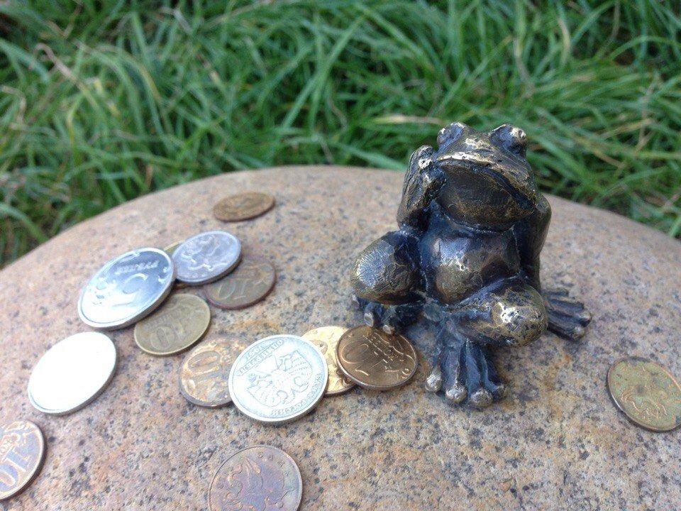 Лягушка-путешественница из Томска: самый маленький памятник в мире отметил 5-летний юбилей