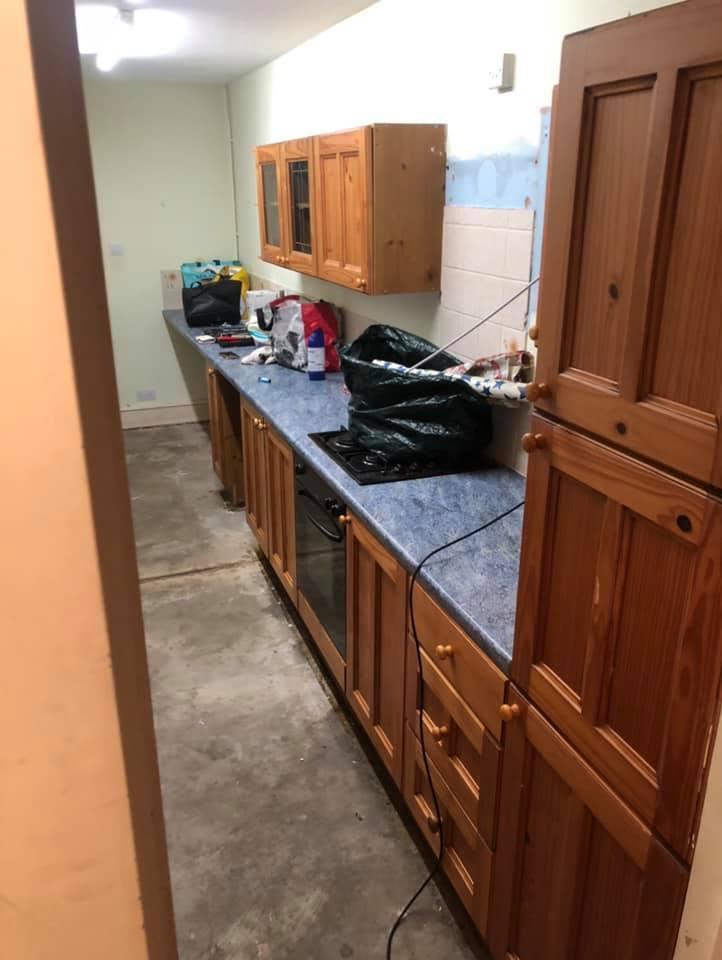 Девушка купила старый дом и сама сделала в нем недорогой ремонт. Через три недели показала красивый интерьер (фото до и после)