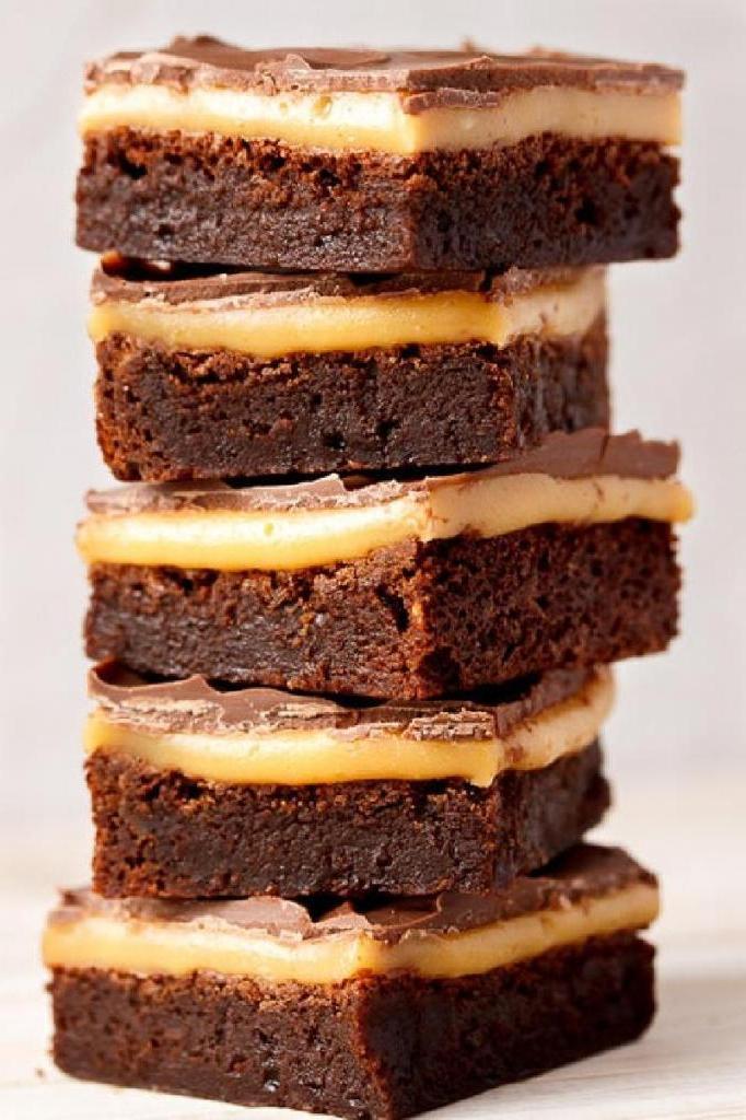 Брауни со сладким и шелковистым карамельным слоем, который я готовлю к каждому празднику