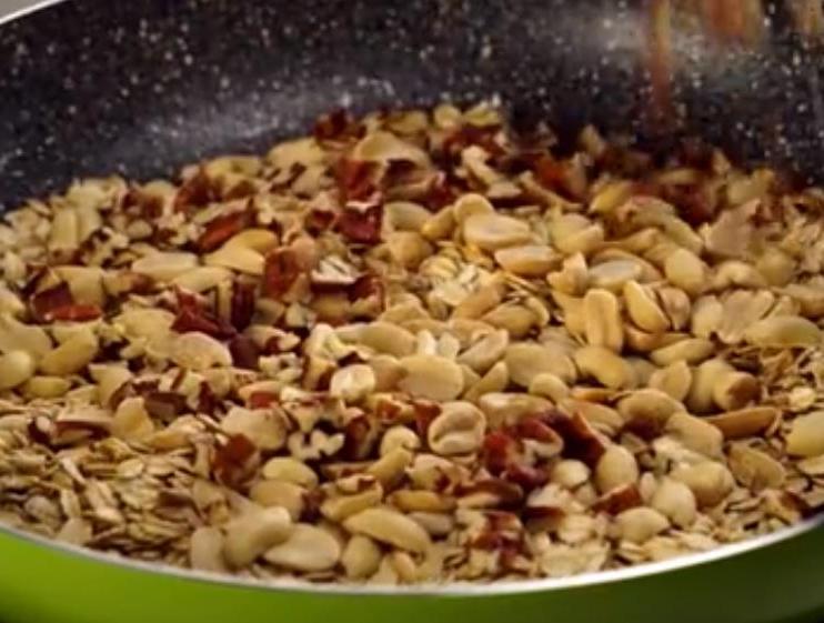 Обжариваю овсянку с орешками и миксую с яблочным пюре: простой рецепт завтрака, который всегда можно приготовить заранее