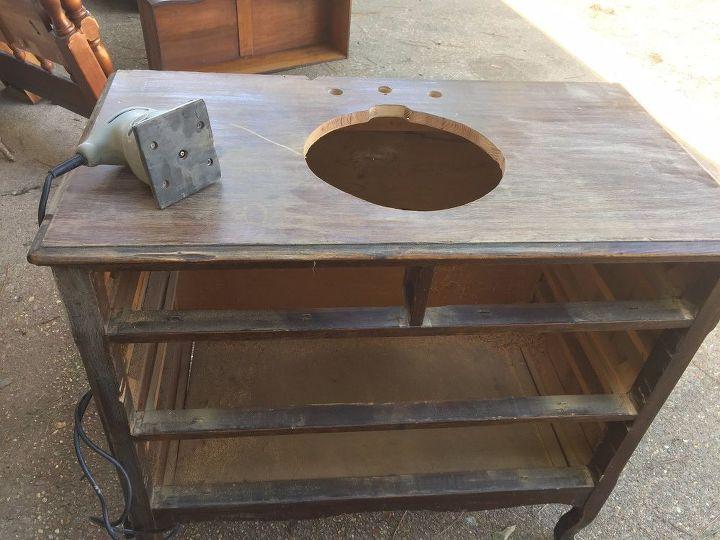 В старый комод установили раковину: получился необычный, но практичный предмет мебели