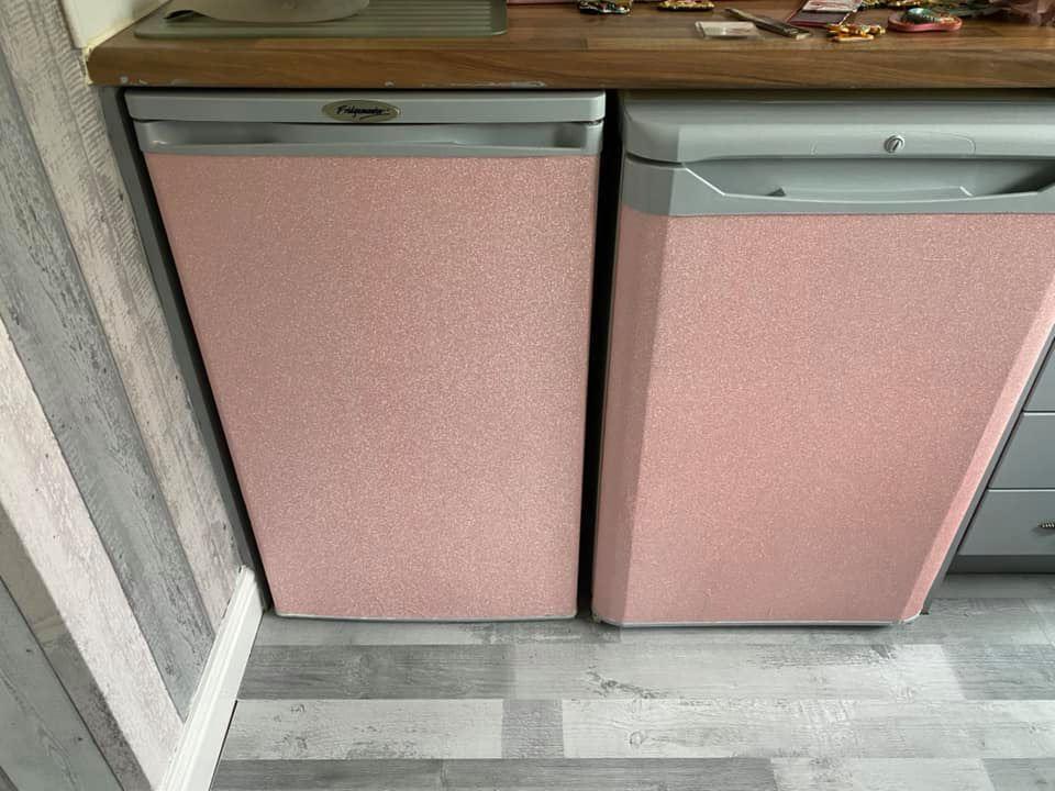 Кухонная техника выглядела обшарпанной, и женщина решила ее обклеить пленкой. Получилось отлично (фото)