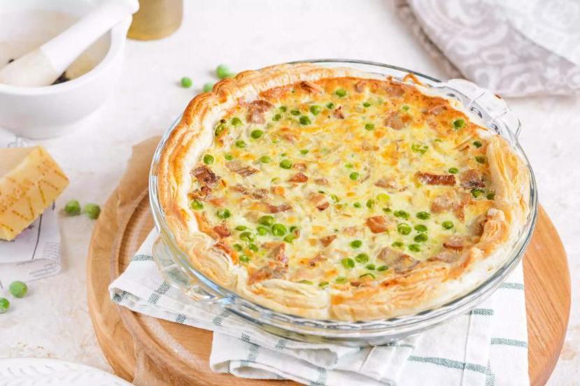 Пирог из остатков вареной индейки с сырной корочкой и зеленым горошком