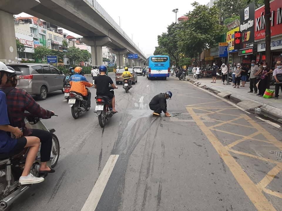 Люди удивились, когда увидели, как мужчина среди бела дня начал мыть дорогу