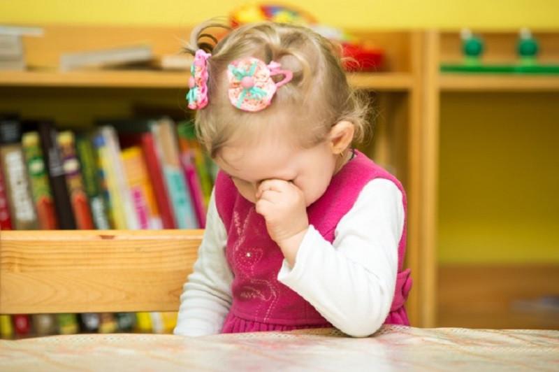 Ребенок плохо ест, спит и не хочет идти в садик. Психологи советуют мамам не закрывать на это глаза