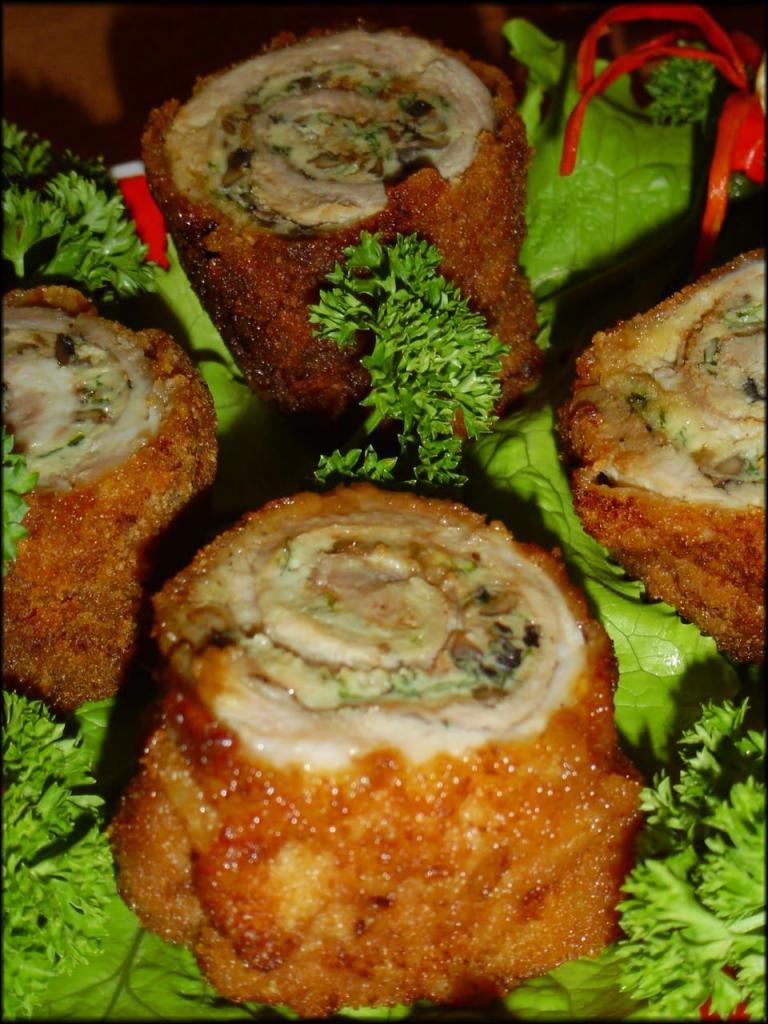 Мясо отбиваю, готовлю начинку из грибов и яиц, делаю рулетики: идеальная закуска украсит праздничный стол