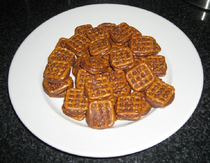 Из хрустящих крендельков и шоколадных конфет готовлю очень вкусное печенье: повторить рецепт — проще простого