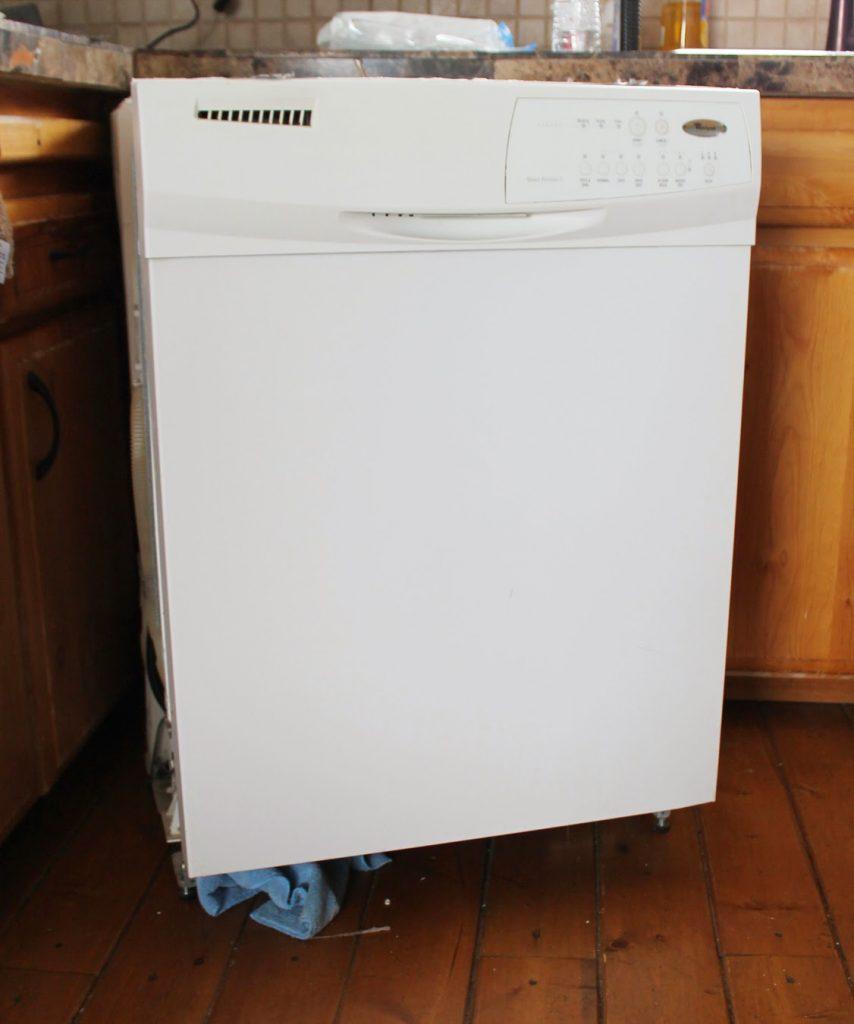 Нашла краску, которая выглядит как нержавеющая сталь. Я обновила холодильник и посудомоечную машину: теперь они стильные и хорошо сочетаются друг с другом
