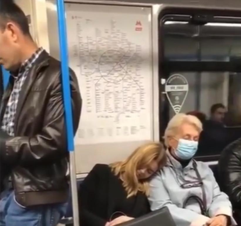Девушка прилегла вздремнуть на плечо женщины в метро: пользователей умилила ее реакция