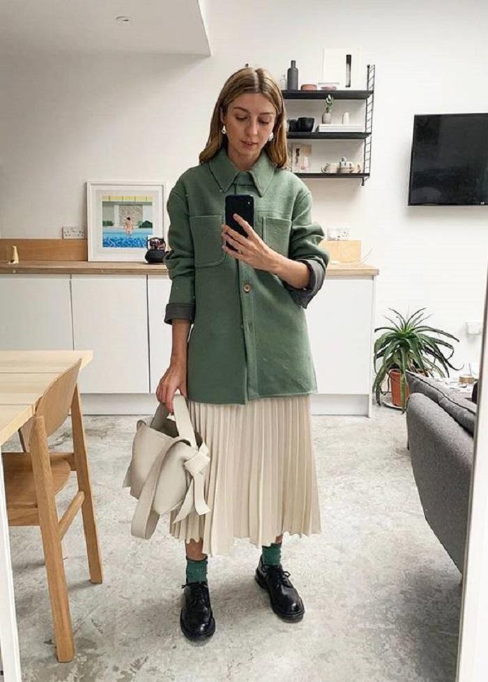 Просторный и смелый тренч + джинсы: стильные осенние образы, которые хочется повторить