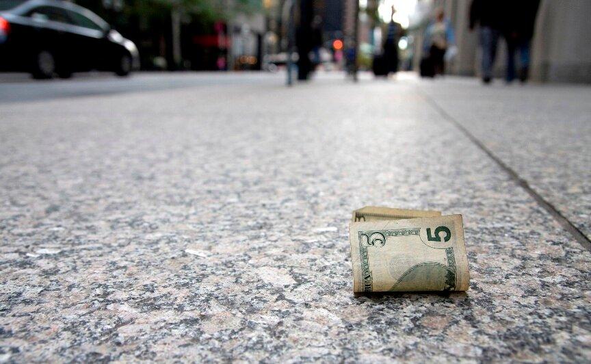 В следующий раз, когда найдете деньги на улице, не думайте, что это простое совпадение. Это послание Вселенной