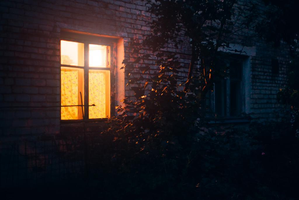 Почему люди любят заглядывать в чужие окна? Мнение психологов расстроит любителей подсматривать за жильцами квартир