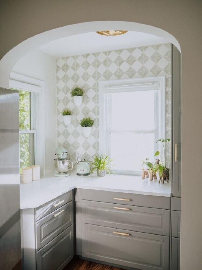 Не стали тратиться на плитку и покрасили стену на кухне с помощью трафаретов: красиво и дешево
