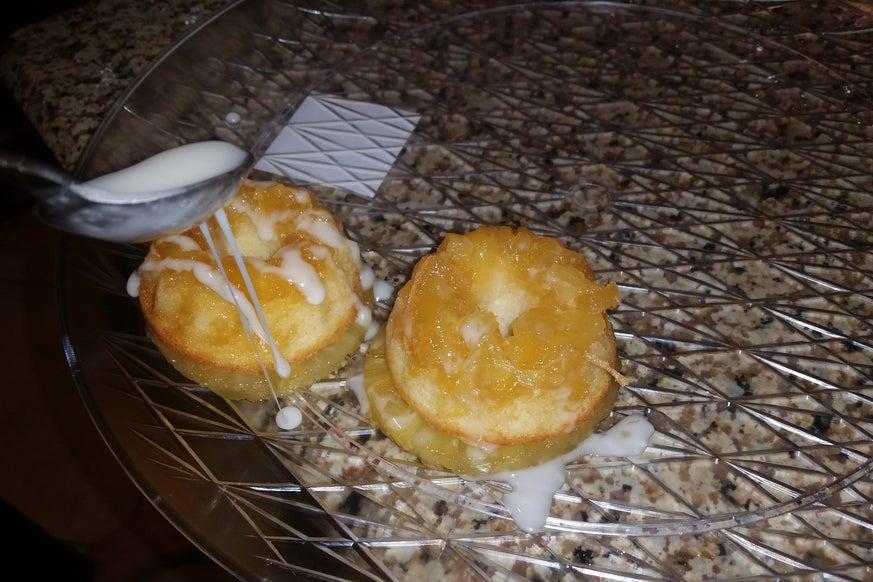 Ананасовые кексы с кусочками консервированных фруктов и глазурью: не успеваю оглянуться, как тарелка с лакомством оказывается пустой