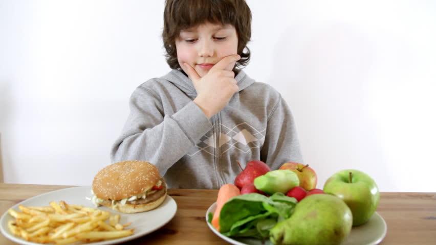 Говорите о питании без истерик: когда ребенок ест одну и ту же еду и не хочет другое. Рассказывают эксперты