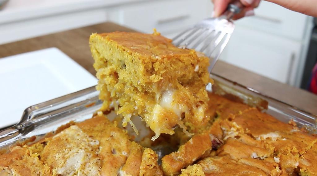 Нежный тыквенный пирог с белой шоколадной стружкой: порадуйте родных вкусной выпечкой