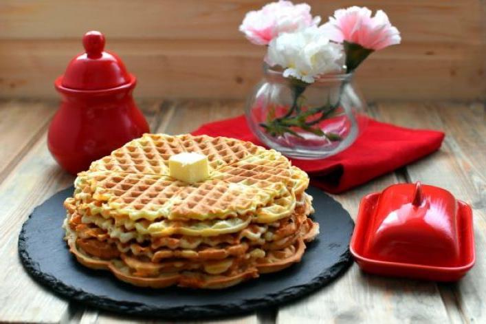 Натираю кабачок, добавляю зелень и яйца и пеку вкуснейшие вафли: семья ест их вместо хлеба