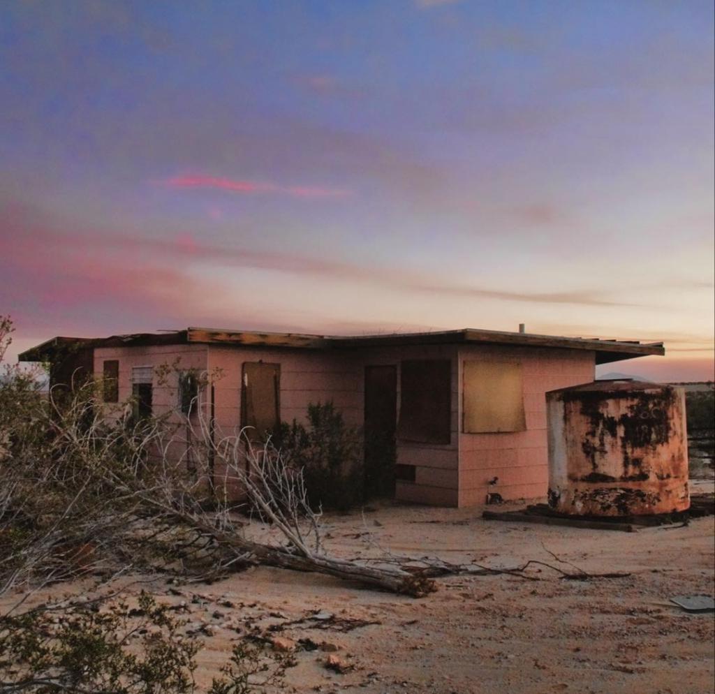 Реставраторы отремонтировали заброшенную в пустыне лачугу: теперь, чтобы арендовать ее, люди становятся в очередь