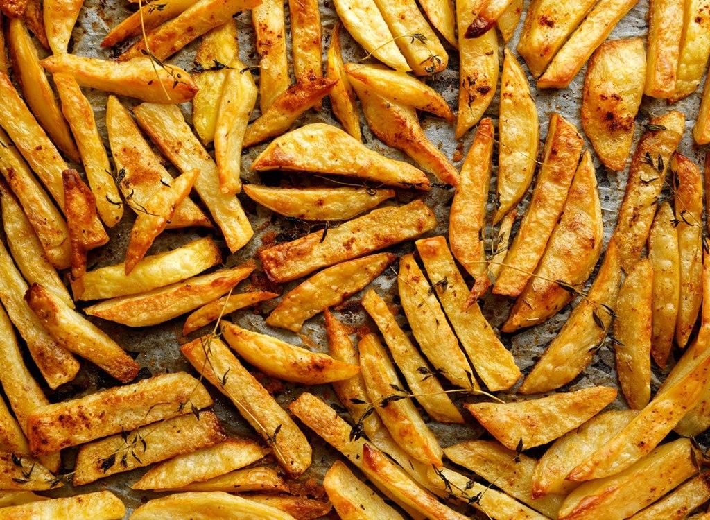 Очистка долек чеснока без мороки, газировка вместо воды в тесто для блинов: 10 кулинарных секретов, которые сделают блюда вкуснее и сэкономят ваше время