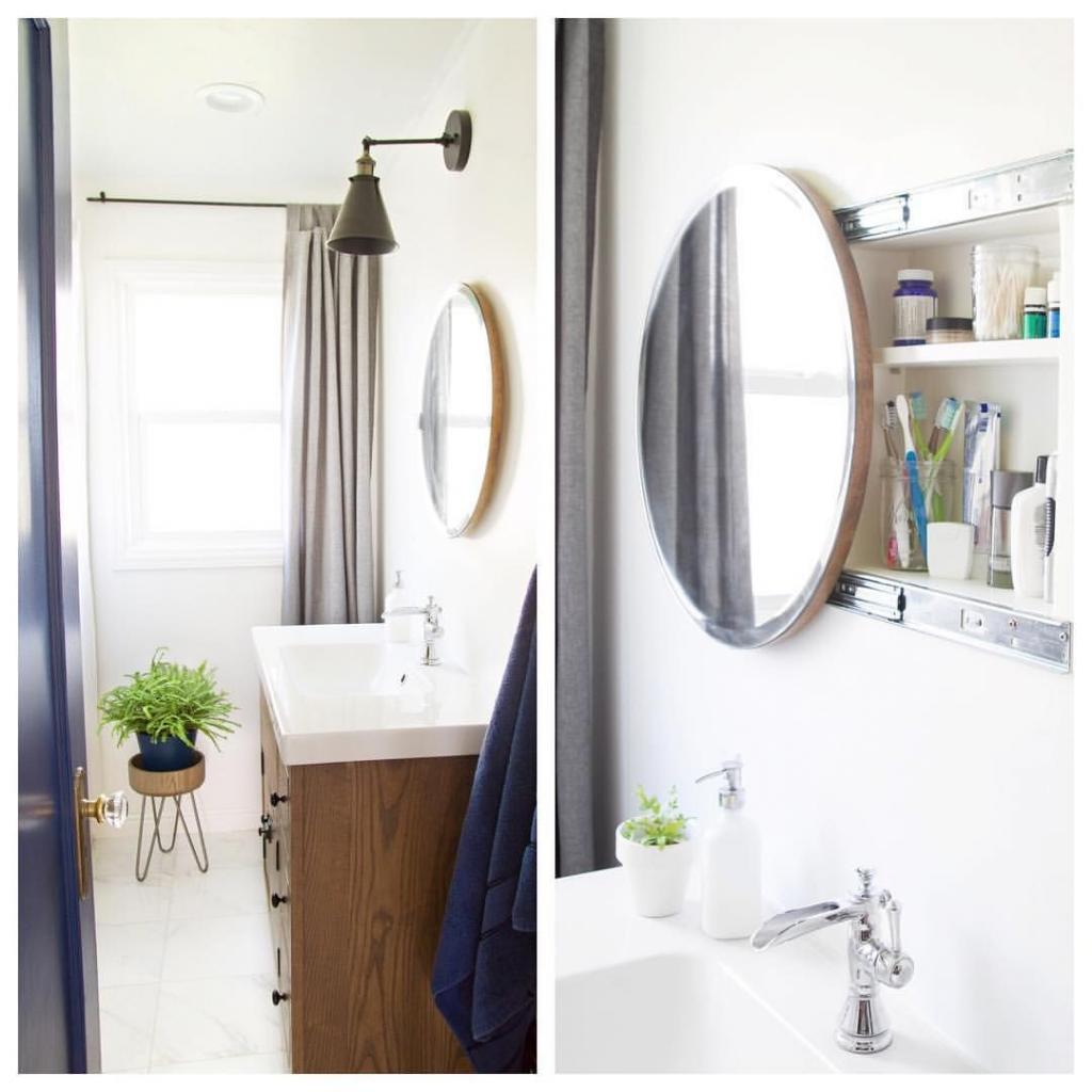 Сделали в ванной удобное раздвижное зеркало, которое служит дверцей для шкафа. Решение простое и очень экономит место