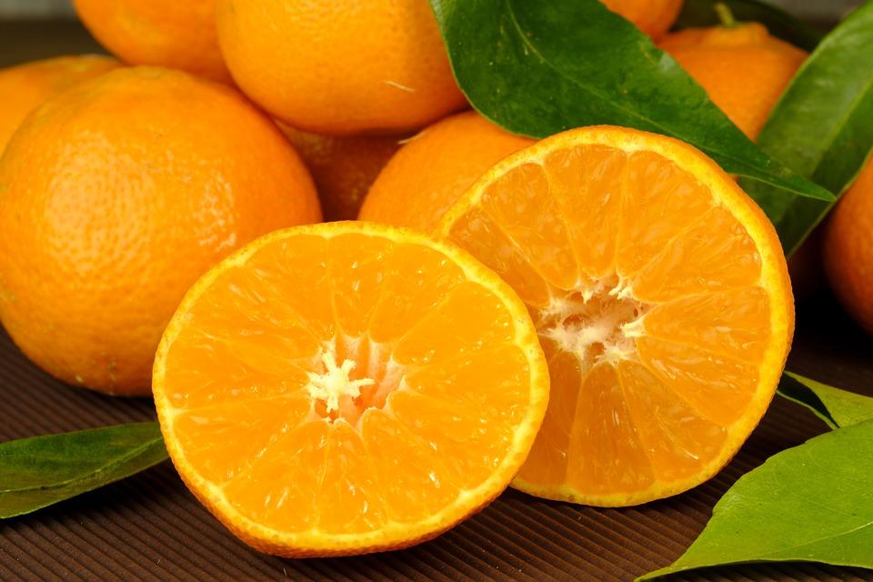 Незнакомец ходил по улице и раздавал всем апельсины: в тот вечер они все изменили в жизни каждого