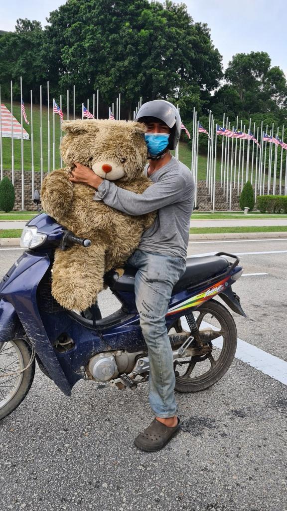 У отца не было денег на покупку новой игрушки. Чтобы порадовать сына, он подобрал выброшенного плюшевого медведя (фото)