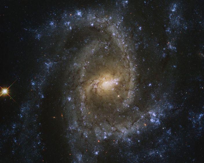 Телескоп «Хаббл» сделал потрясающий снимок спиральной галактики под названием «Глаз змея»