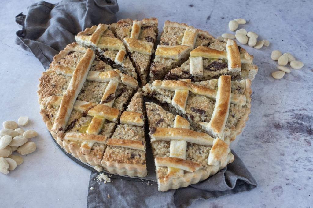 Хрустящий пирог с миндальной крошкой, шоколадом и лимонной цедрой: не слишком ярко, зато вкусно