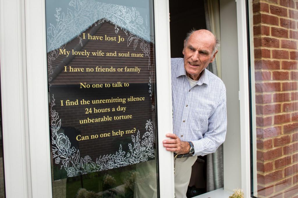 Одинокий дедушка из Англии повесил на окно объявление, желая найти новых друзей. Теперь он не успевает отвечать на письма
