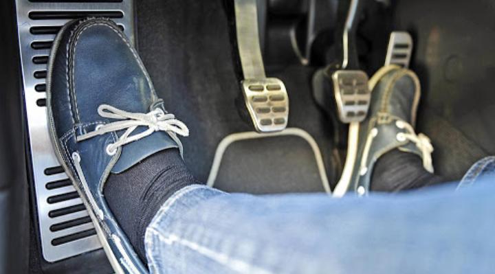 Кому же хочется тратиться на ремонт машины: ошибки с педалью сцепления, которые могут привести к поломке
